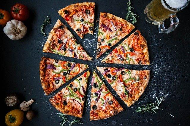 פיצה, עלים, זיתים, בצל, גמבה, כוס בירה, שום, עגבניה.