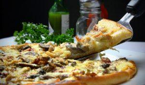 פיצה, כלי להרמת הפיצה, עלים , רוטב בבקבוק